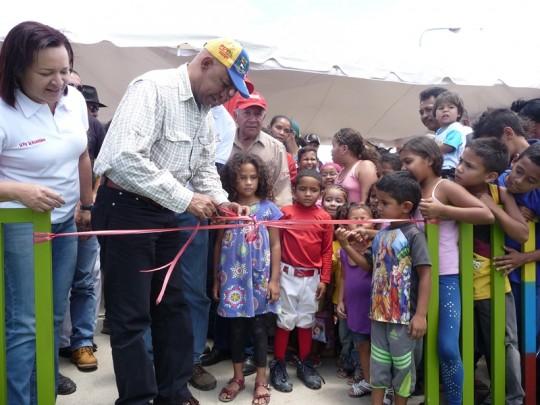 Con alegría Reyes Reyes entrega el aprque a los niños y niñas