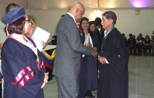 Reyes Reyes entregó las credenciales a nuevos profesionales