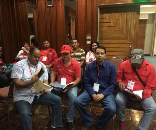 Continúan en pie de lucha defendiendo a la Revolución