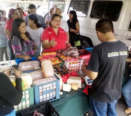 Trabajadores y trabajadoras de Corpolara compraron productos de charcutería a precios accesibles